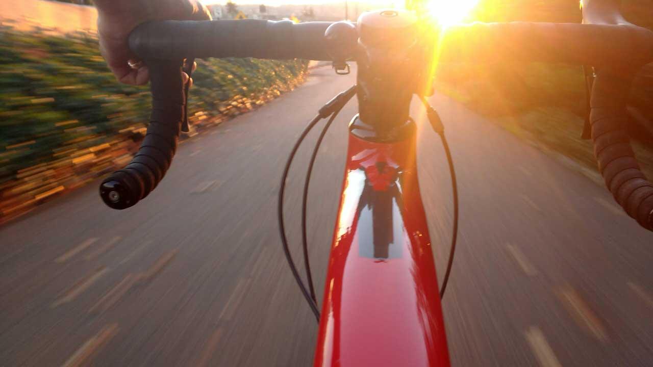 Fotografía de una bicicleta gravel de carbono en el atardecer